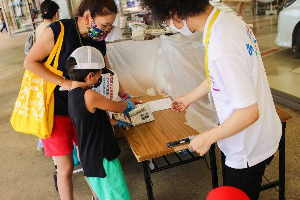 参加者はまずブースで、新聞紙を使ってスリッパを作ります