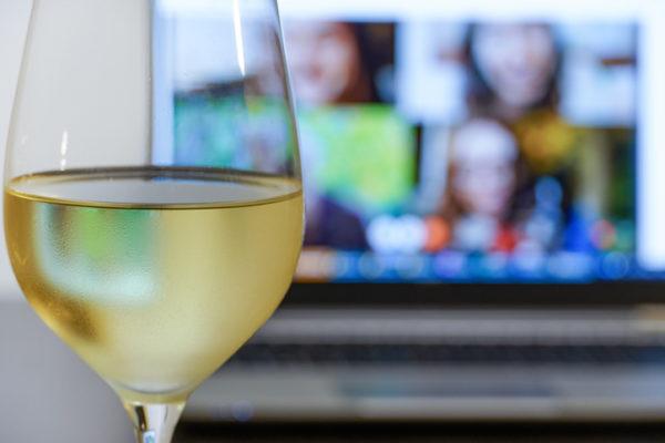オンライン飲み会でも一体感を!おすすめのフード宅配サービス5選